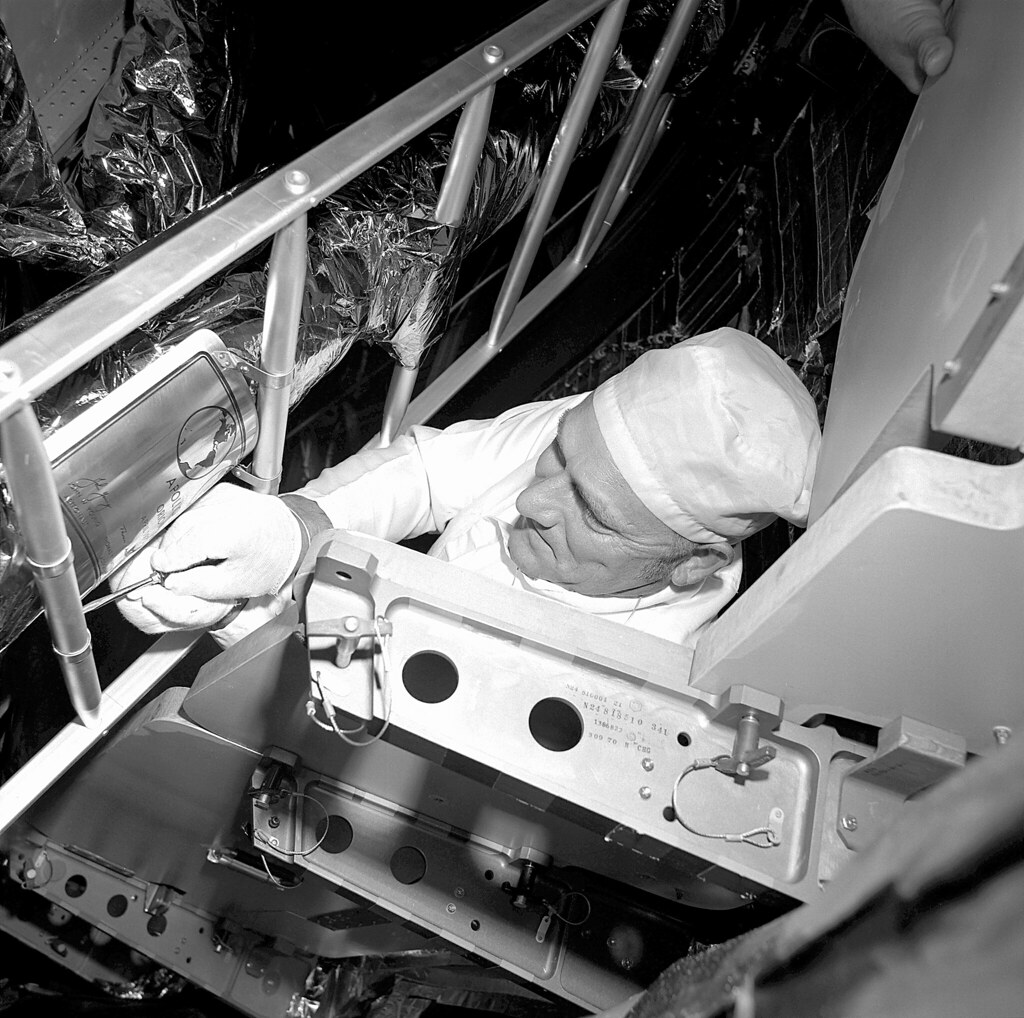 Angle Plaque Moto Apollo 16 Moon Plaque Installation Working Inside The Apol Flickr