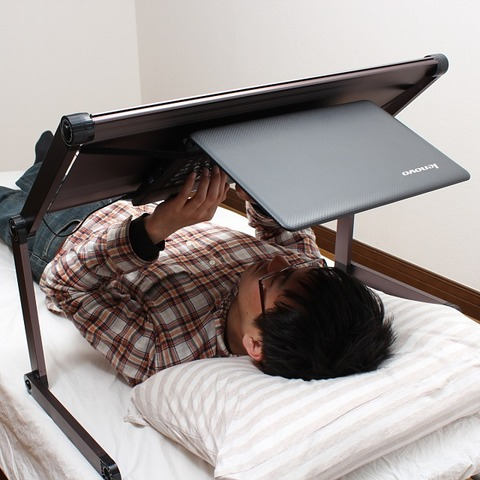 あお向けゴロ寝でノートPCを使える「机」(7,980円)--サンコー
