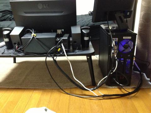 パソコンのケーブルどうやって整理すればいいんだよ…