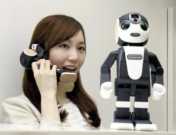 シャープ、二足歩行のロボット型携帯電話「ロボホン」発売へ 価格は19万8000円