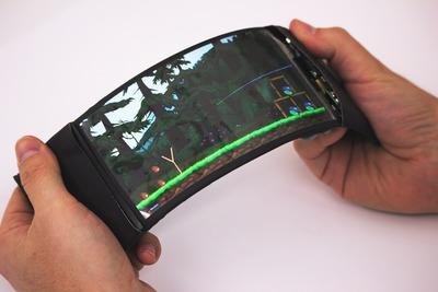 折り曲げて操作できるスマートフォン、初の実用化へ(動画あり)
