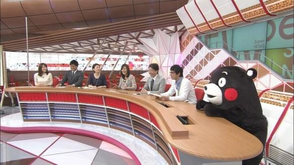 【画像】くまモンが「スーパーニュース」に出演、コメンテーター席に座る こいつ調子に乗りすぎだろ