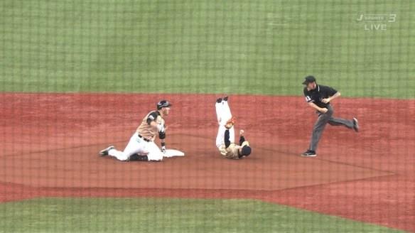 【悲報】野球の審判が平野を殴り倒す
