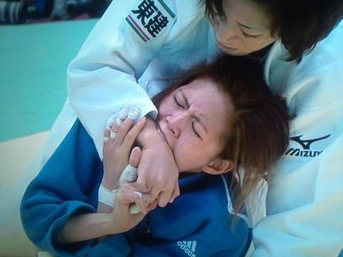 【悲報】 「柔道グランドスラム女子」 韓国人選手が相手の腕を噛む暴挙に出るwww (画像あり)
