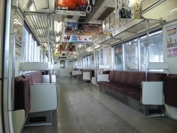電車内で音漏れさせてる奴の横で首振るの楽しすぎワロタwww