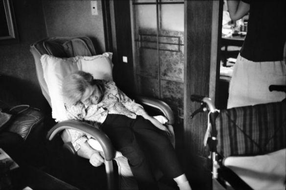 認知証を患っている94歳の祖母を記録!介護する母の別の顔もとらえた、前田実津 写真展「My Recollections」