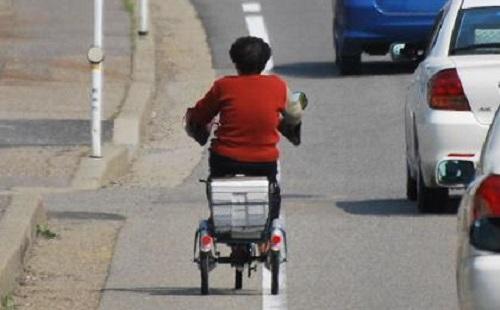 自転車BBA「チリンチリーンあぶなーい」 ←ブレーキは使わない