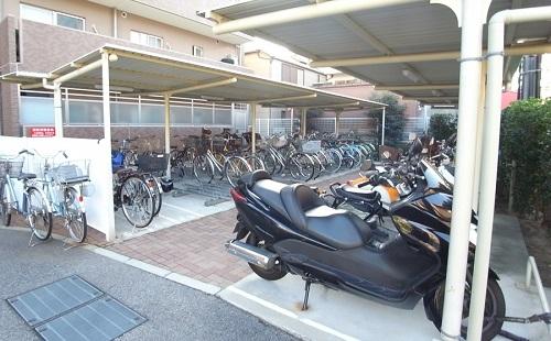【衝撃】駐輪場の他人のバイクに跨るクソガキどもにwwwwww