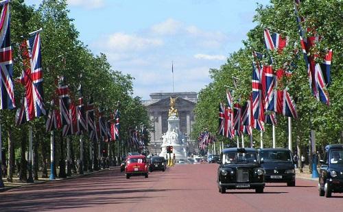 ロンドン、通勤対策にバネ入りの歩道を建設 イギリスのサラリーマンは飛び跳ねながら出勤wwwww