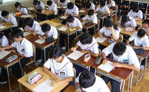 クラスの女子のペンを親切に拾ってあげた結果wwwwwww