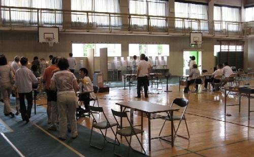 GLAYのTERUさん「子連れで投票しに行ったら断られた。なんなのこの国???」Twitterでブチギレwwww