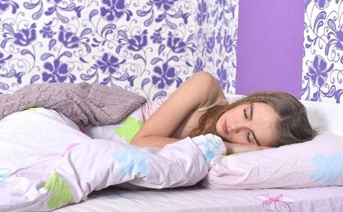 彼女と同棲してるんだが掛け布団と毛布の順番が逆で一緒に寝れない