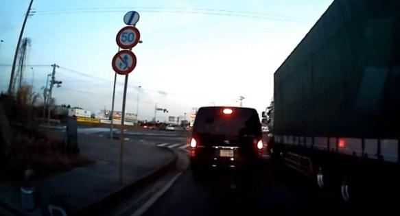 【衝撃動画】前の車が前進 → トランクが開いて子供が転落