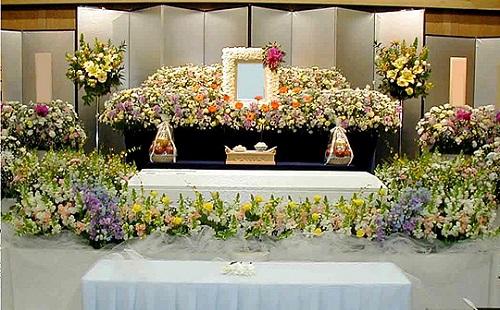 【悲報】ばあちゃんが死んだんだが、引きこもりだから葬式に出席できないwwwww