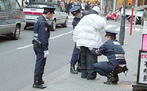 警察「ちょっと職質させてもらってもいいですか?」 俺「学歴は?」