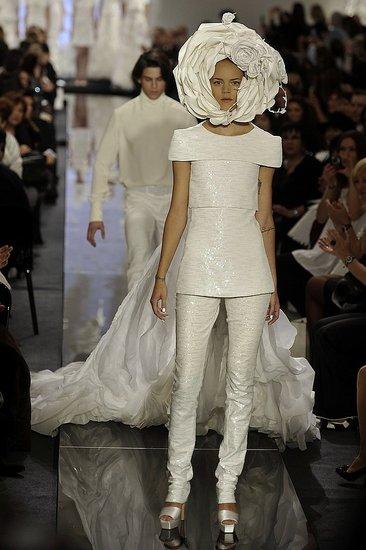 【画像】最近のファッションショーが意味不明すぎてワロタwwwwww