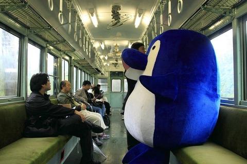 【画像あり】うどん県の電車に凄いのがいるんだがww