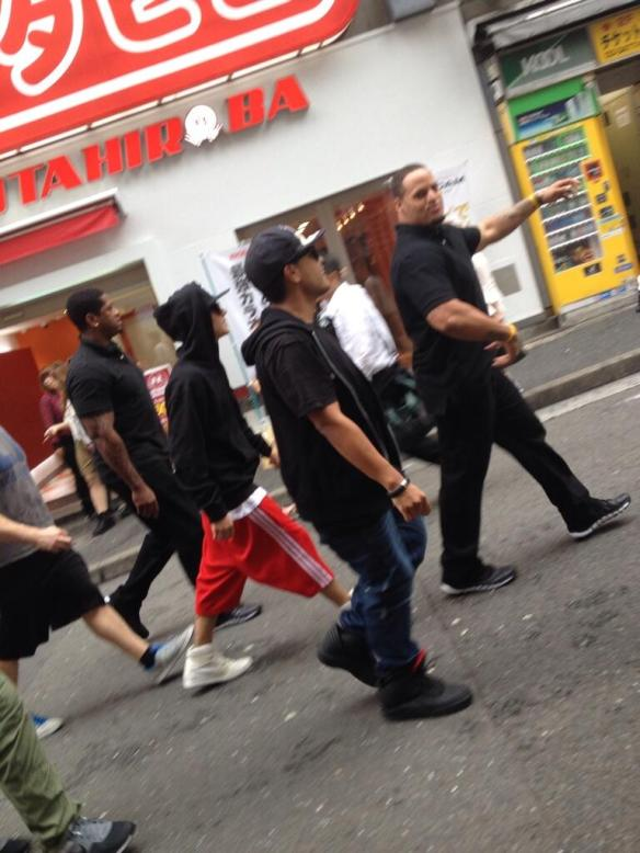 世界のスーパースター・ジャスティン・ビーバーが渋谷を闊歩するも、日本人はスルーwwww