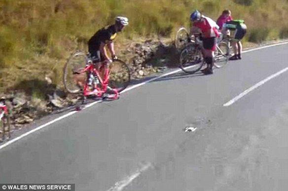 自転車レースのコースに画鋲撒かれる…パンクする参加者多数、現場は大混乱に 英