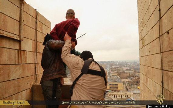 イスラム国、男性をビルの屋上から突き落とす画像を公開 同性愛が理由か