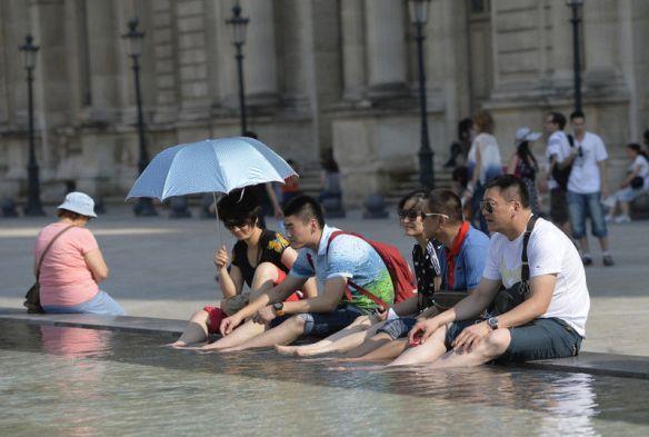 中国人「ルーブル美術館の噴水で同胞が足を洗ってる」中国人「日本人のように見える」