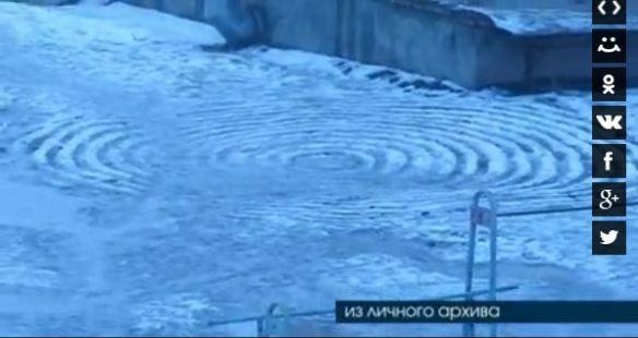雪の上に不思議な円形の跡 UFOの仕業か?(画像あり)