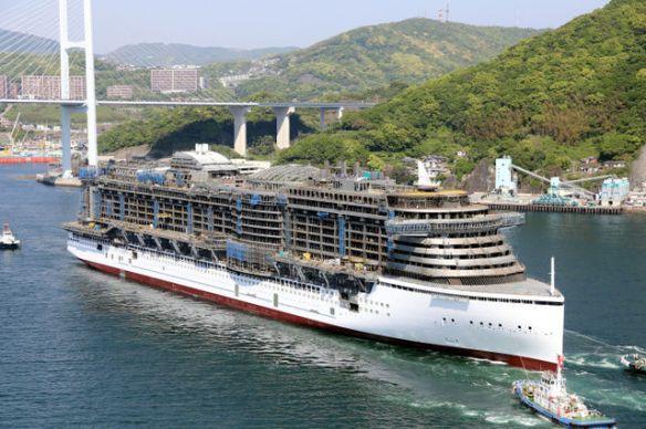 国内最大級の豪華客船、荒波へ進水 造船復活の期待のせ 2014/05/03