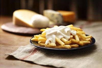 マクドナルド、「クラシックフライ クアトロチーズ」を発売 マックフライポテトに濃厚なチーズソースをかけて食べる