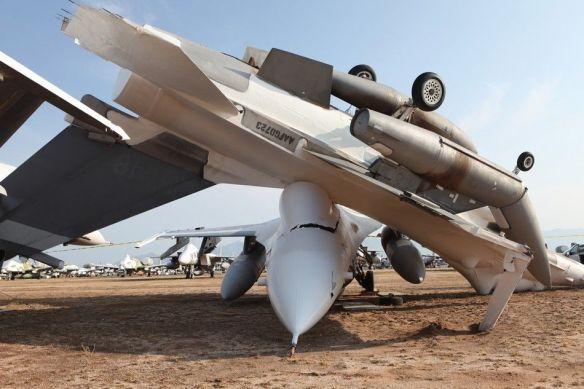 米軍F-16戦闘機、強風でひっくり返る