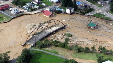 台風10号で橋崩落、パトロールカーが道路塞いで回転灯つけて警告 → 脇をすり抜けたワゴン車が川に転落…北海道