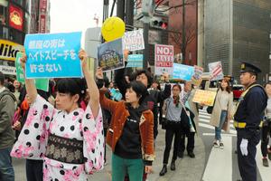朝日新聞「ヘイトスピーチデモ隊と抗議市民が無言で言い争い」