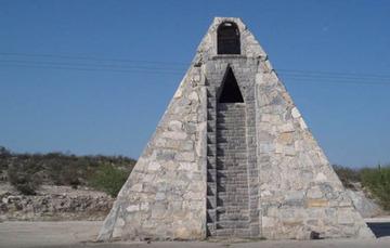 メキシコ農民が「オリオン座のネフィリン星人」に頼まれてピラミッド建設