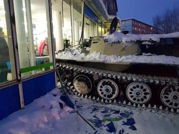 【ロシア】コンビニ強盗が装甲車で突っ込んでワイン1本を盗む