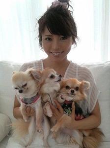 【炎上】釈由美子の飼い犬が日本酒誤飲で死亡 → 死体と一緒に記念撮影して批判殺到