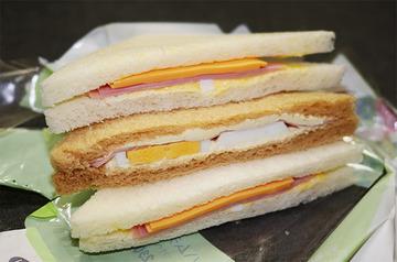 「分解したら中身スカスカだった」 コンビニのサンドイッチがぼったくりだと話題に