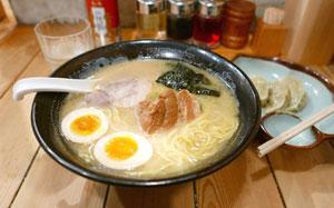 日本人はなぜラーメンとライスをセットで食べるのか