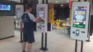 採算悪化のマクドナルドがレジ従業員を廃止、タッチパネルで注文する方式への転換を発表