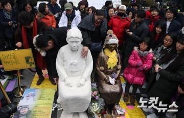 【韓国】日本大使館前の慰安婦像が増殖! 斜め上の事態にネット民大爆笑wwwww