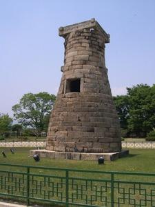 【韓国】1300年の歴史誇る国宝に酔っ払い女子大生らがよじ登る