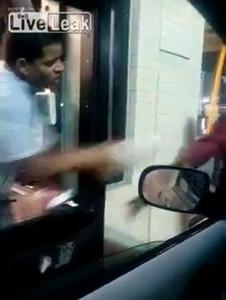 【米国】マクドナルド店員がホームレスに水をかける動画が投稿され批判…店員は解雇に
