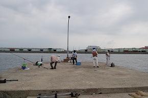 「釣れてますか」と声を掛け、釣り人を海に突き落して逃走…少年数人か、大阪府警が殺人未遂で捜査