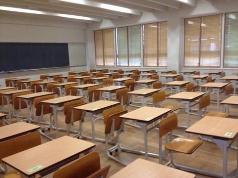 【画像あり】灘中学校の教室の机がちょっと変わっている件