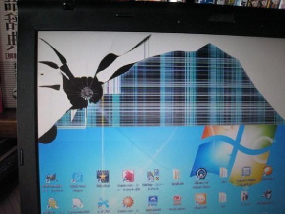 【画像】ノートPCの液晶をエアガンで撃ってしまった・・・・・・