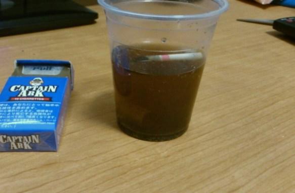 【画像】タバコ3本を半日水に漬けた結果wwwwwwwww