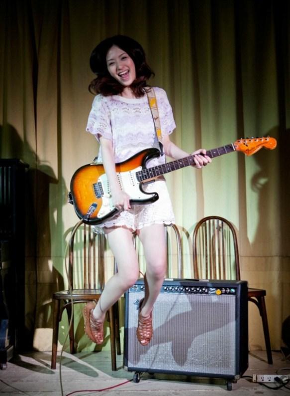【画像】女がエレキギター弾いてる画像に萌える