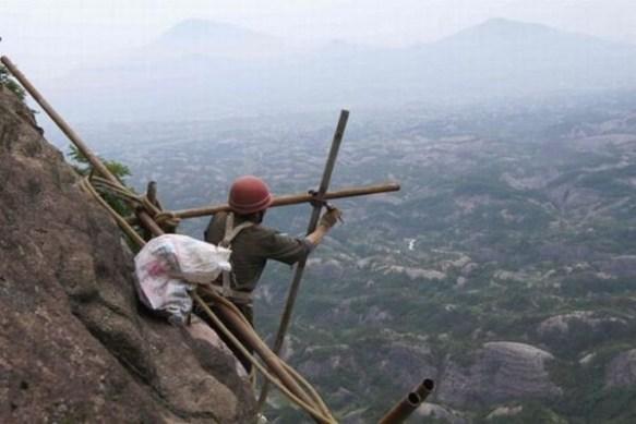 【画像】 恐ろしすぎる中国のトビ職の現場・・・これは命がいくつあっても足りない・・・
