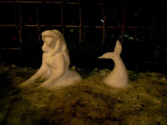 【画像】雪降ったからって姉(♀)がはしゃいでこんなん作った