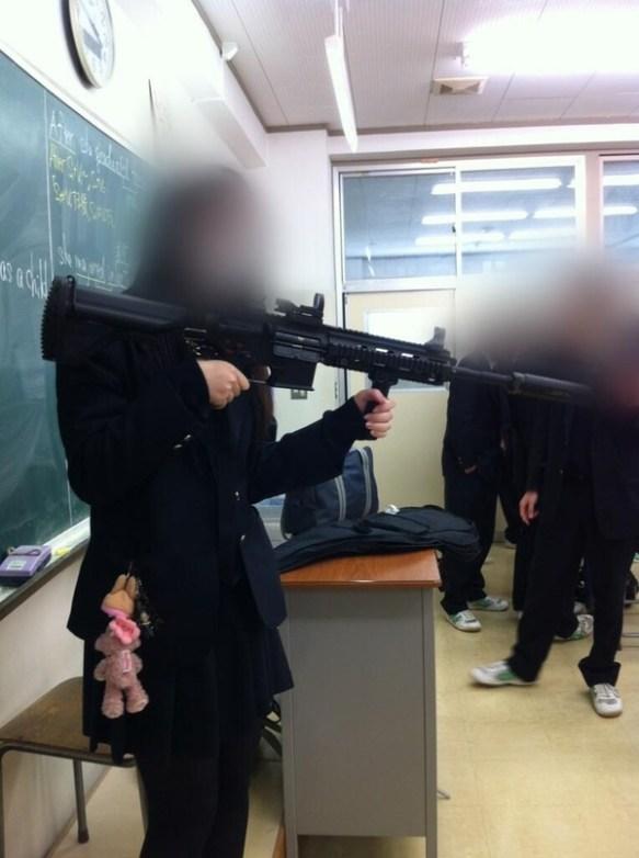 【画像】ミリオタの女子高生、学校にHK416を持ってくる!!