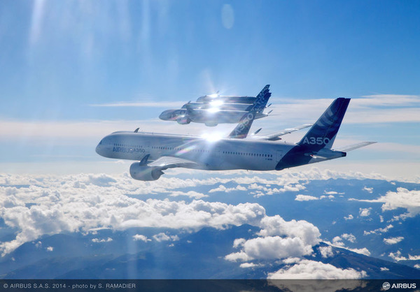 A350_XWB_-_formation_flight_4