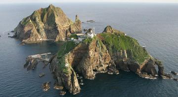 【朝日新聞】小さな岩(竹島)のことで、日韓関係を台無しにしてまでぶつかる必要があるのだろうか?